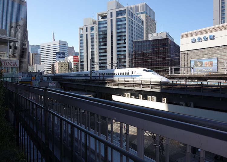 Mengambil gambar shinkansen (kereta api laju)