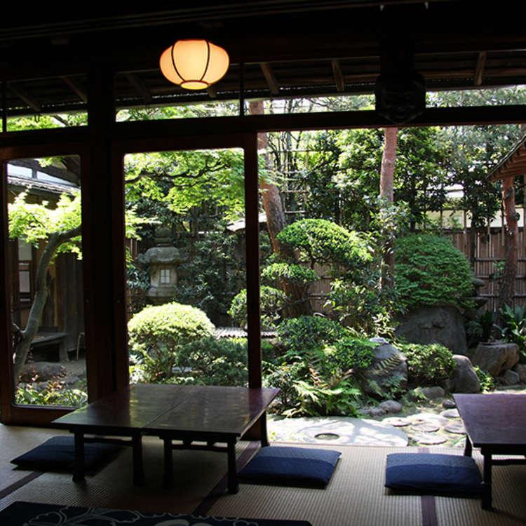 在日本民居的榻榻米上享受日式咖啡