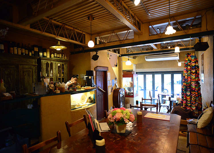 Gallery ef, a cafe with a traditional Japanese storehouse