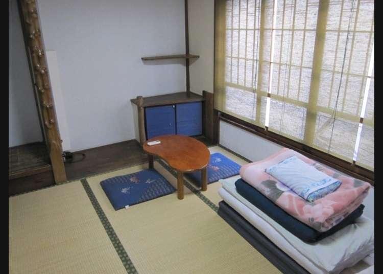 在榻榻米房间里铺被褥的日式风格
