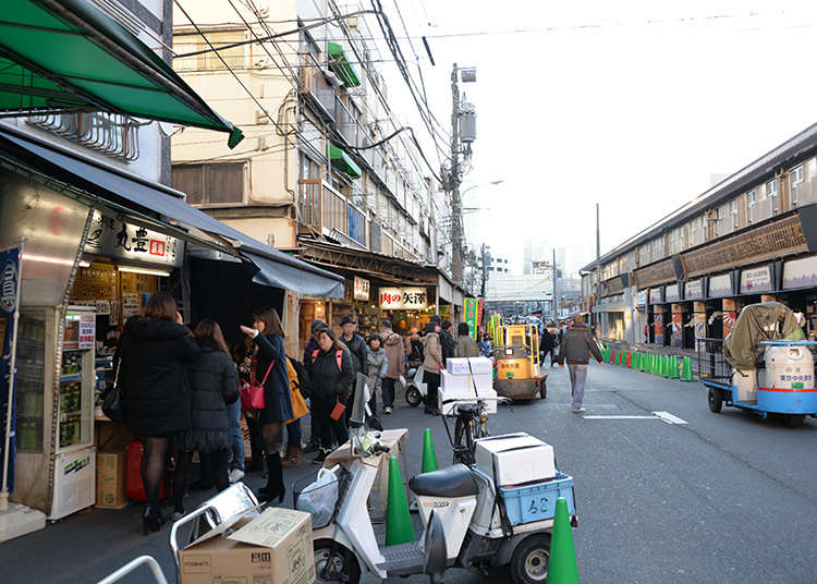 Berjalan dan makan di Tsukiji Outer (Jyogai) Market