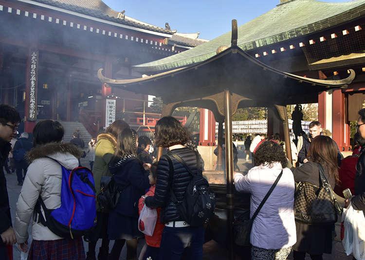 在淺草寺淨身於煙氣中