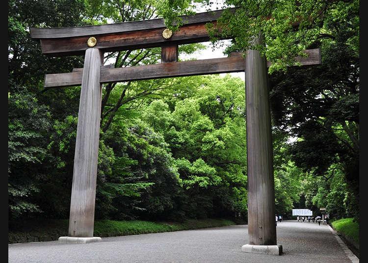 Torii (pintu gerbang berwarna oren yang selalu terdapat di pintu masuk kuil Shinto) terbesar di Jepun