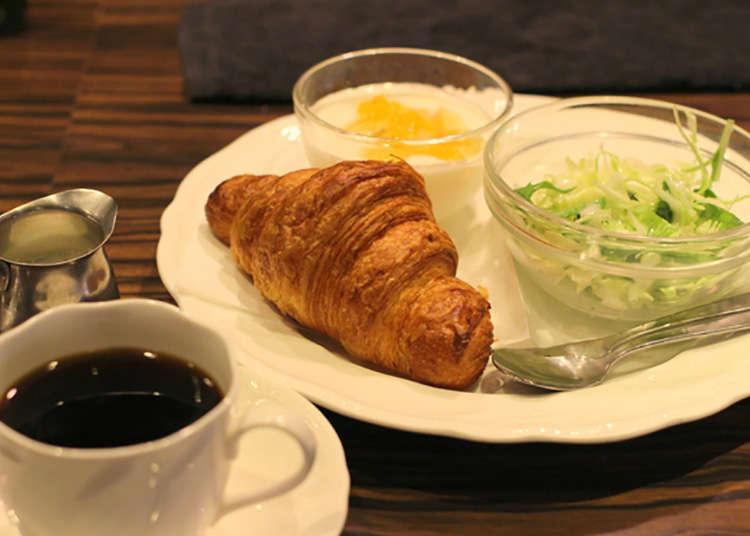 직접 볶은 커피를 즐기는 여유로운 아침 플랜