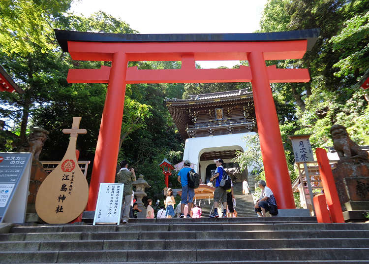 Walk the approach to pay a visit to Enoshima-jinja Shrine