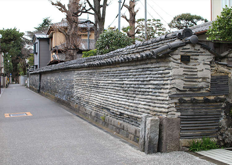Tsuijibei (roofed mud wall) creating an air of temple district in Yanaka