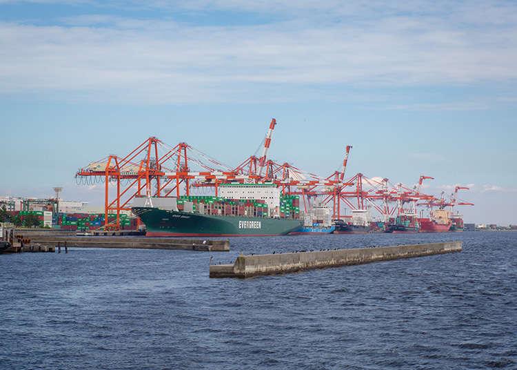 起重機與貨櫃船交織而成的造型美