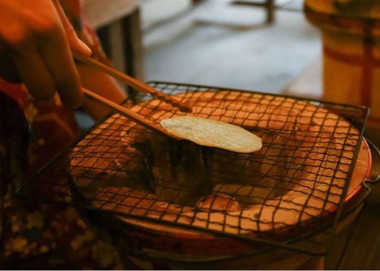 日本の伝統菓子「せんべい」焼き体験