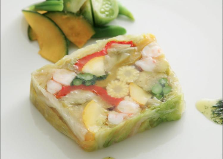 """Hidangan """"full-course"""" penuh Perancis istimewa yang ditetapkan oleh chef."""