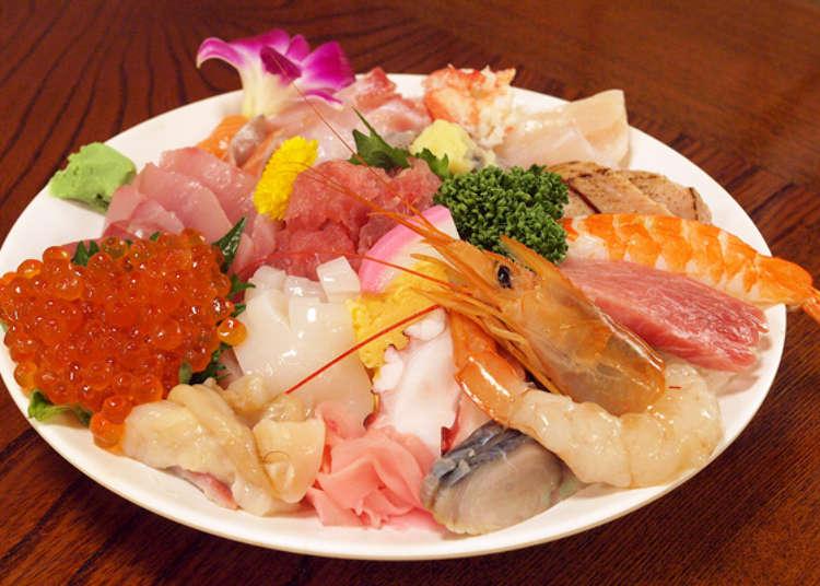 盛有握寿司的豪华海鲜盖饭