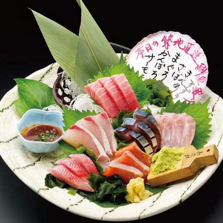 試吃新鮮的生魚片拼盤