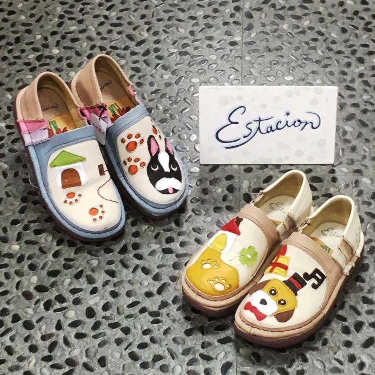 Estacion 无鞋带帆布鞋 (以狗作为创作主题)/是用牛皮手工製作的、日本企划出来的充满可爱梦幻的休闲鞋。左右不同的设计也非常Cute!不止可爱,鞋垫的气垫性能良好、脚心位置突起,穿起来有超群的舒适感。为您献上一双让您Happy的鞋子。