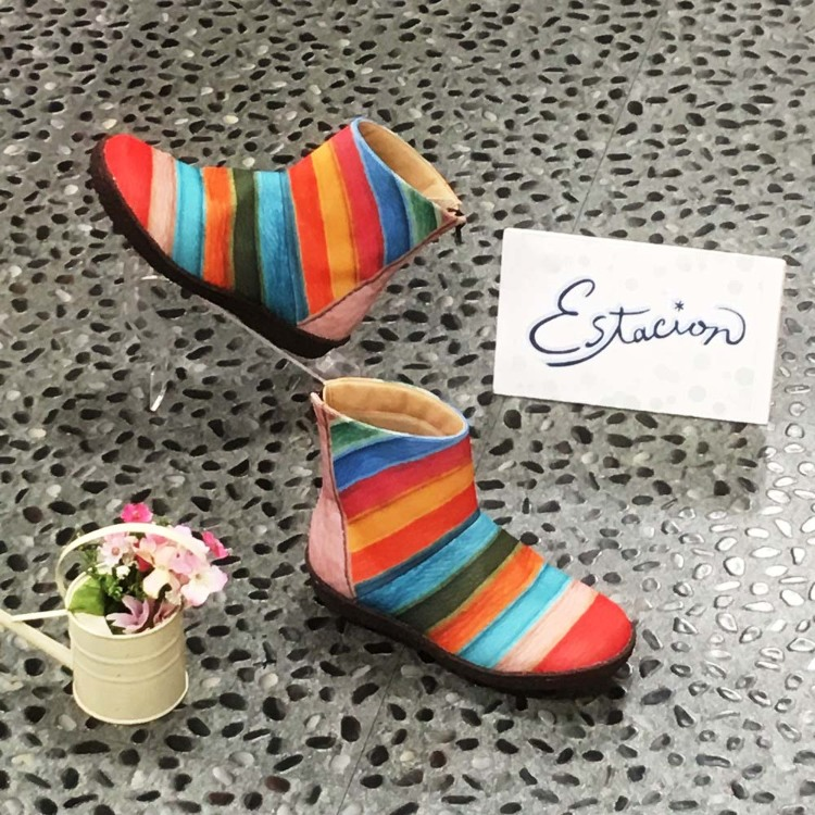 Estacion rain shoes : The rain shoes type has been added to the popular Estacion series! Though they are not completely water-proof, the water repellent finishing and the use of water-proof sheet over the shoes will prevent most of the water from getting