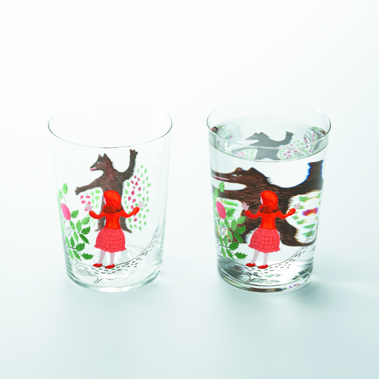 Fairy Tale Glass Tumble – Pour a little water in and… how strange! A fun and playful item, this glass relies on how a liquid will enlarge the illustration printed on the rear.